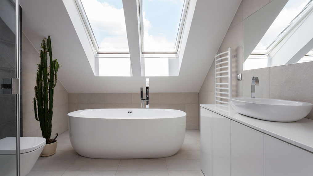 A clean and crisp white bathroom suite.